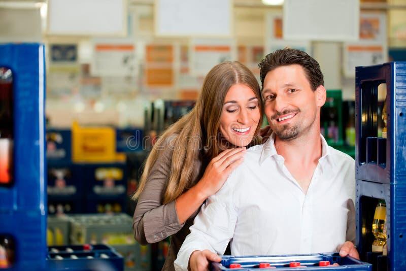 Pares em bebidas de compra do supermercado fotografia de stock