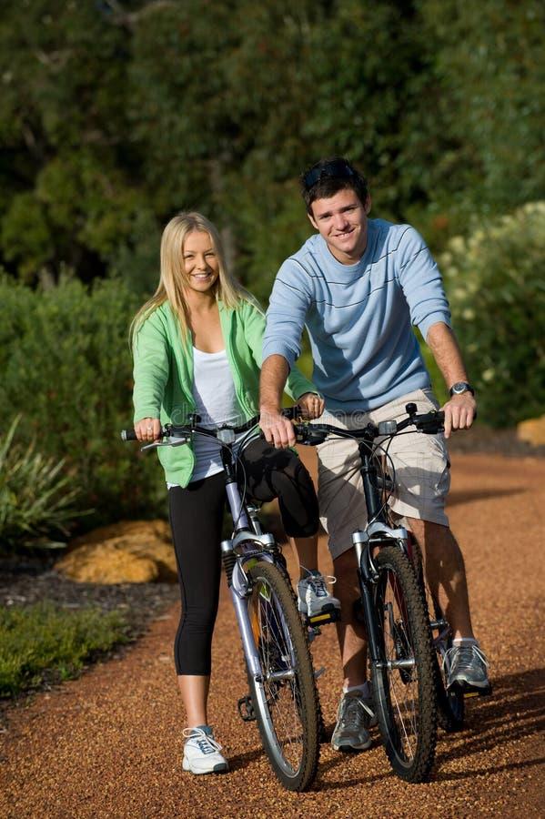 Pares em bicicletas fotografia de stock royalty free