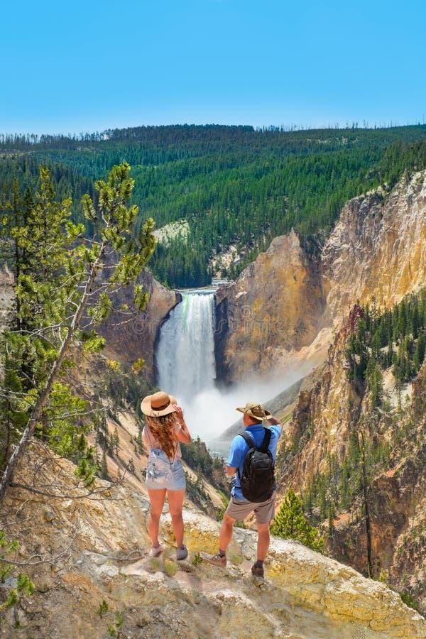 Pares em caminhar a viagem que aprecia o cenário bonito da montanha foto de stock royalty free