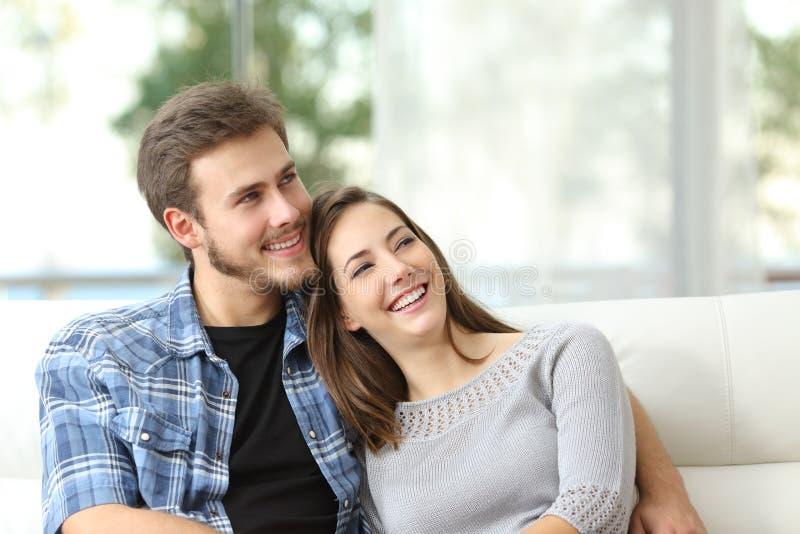 Pares em casa que pensam e que olham lateralmente foto de stock royalty free