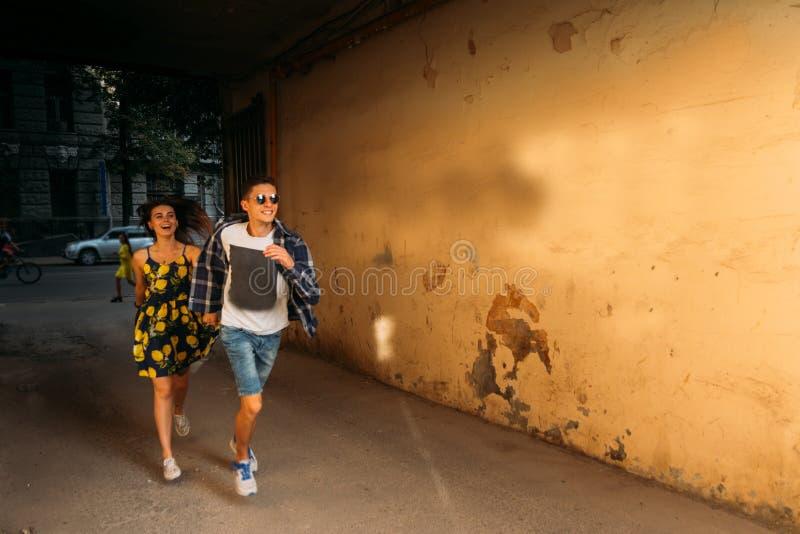 Pares em corridas do amor abaixo da rua fotos de stock royalty free