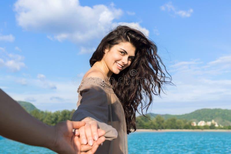 Pares em férias de verão da praia, povos masculinos de sorriso felizes novos bonitos da mão da posse da menina no amor imagem de stock royalty free
