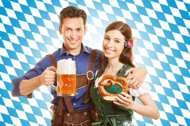 Pares em Oktoberfest com cerveja imagem de stock