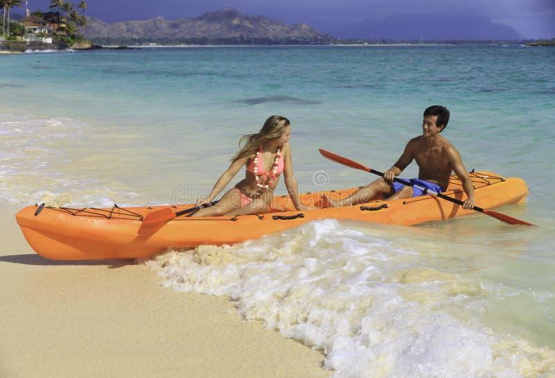 Pares em seu caiaque na praia foto de stock royalty free