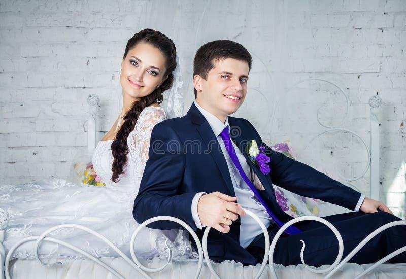 Pares em seu dia do casamento fotografia de stock