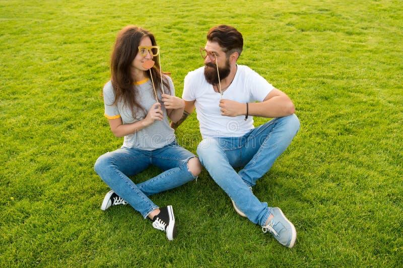 Pares em suportes alegres da cabine da juventude do amor Datar dos pares Pares despreocupados que têm o gramado verde do divertim imagens de stock