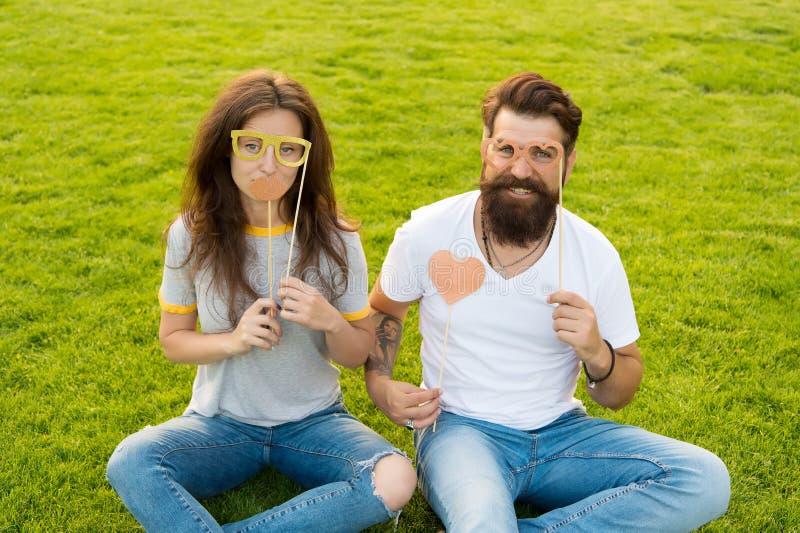 Pares em suportes alegres da cabine da juventude do amor Povos emocionais Datar dos pares Pares despreocupados que têm o gramado  imagens de stock royalty free