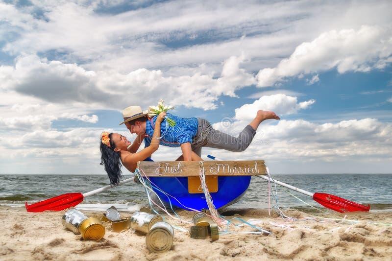 Pares em um barco fora fotografia de stock