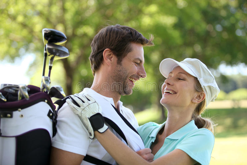 Pares em um campo de golfe fotos de stock royalty free
