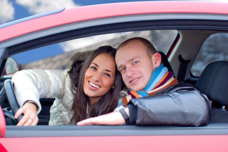 Pares em um carro fotografia de stock royalty free