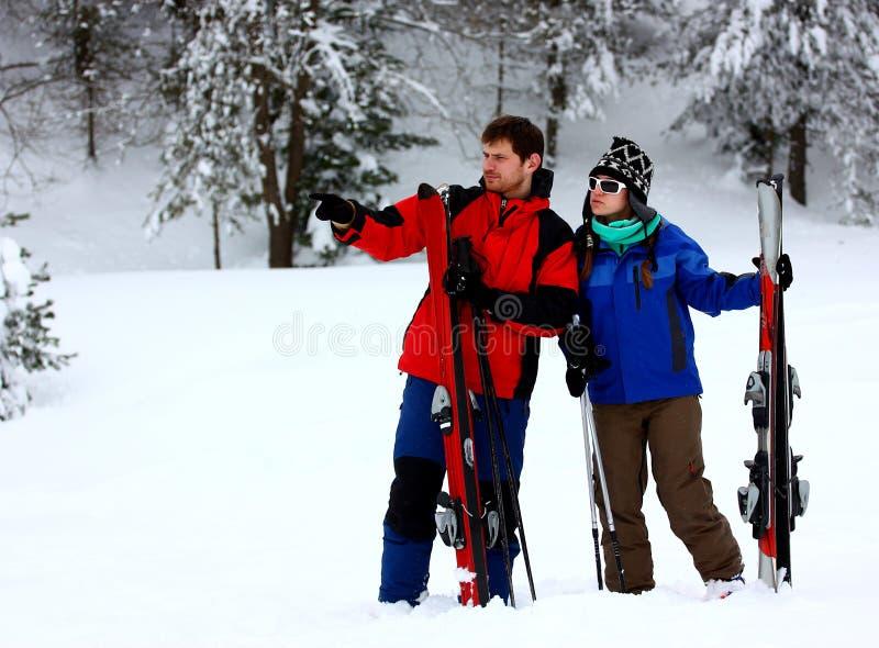 Pares em um feriado do esqui fotos de stock