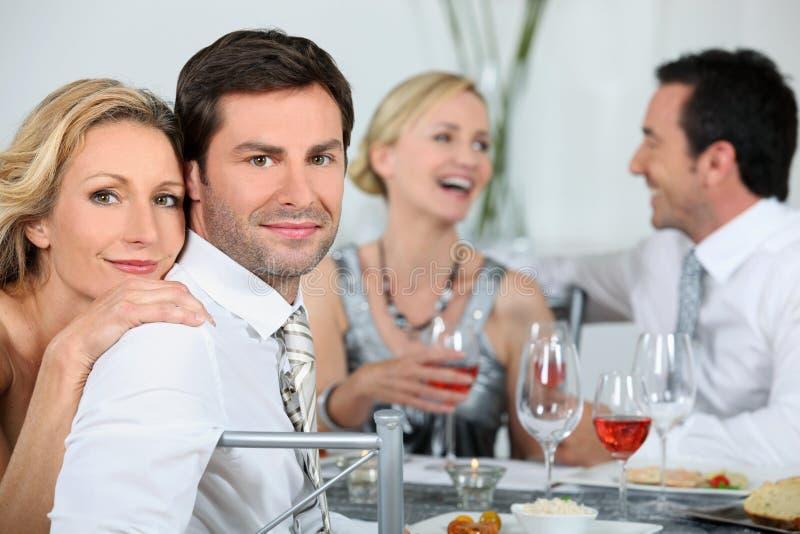 Pares em um partido de jantar imagens de stock