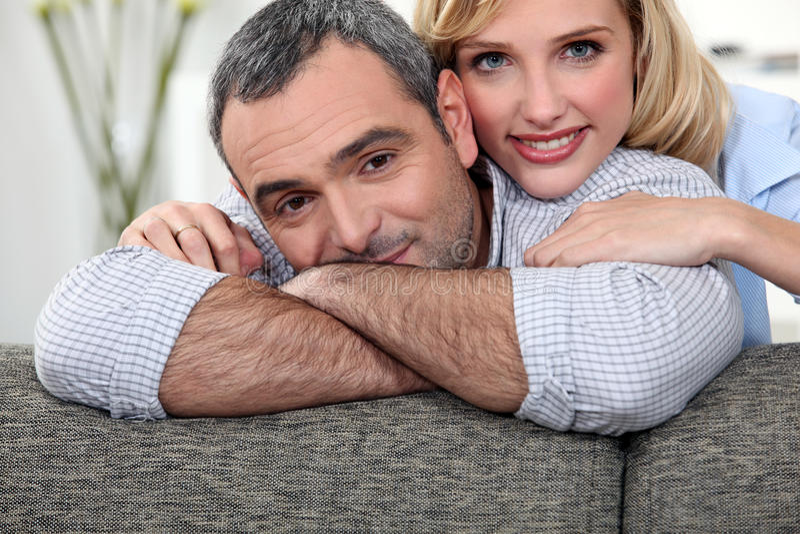 Pares em um sofá fotografia de stock royalty free