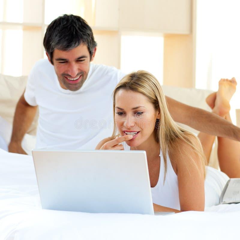 Download Pares em uma cama imagem de stock. Imagem de blond, se - 12811803