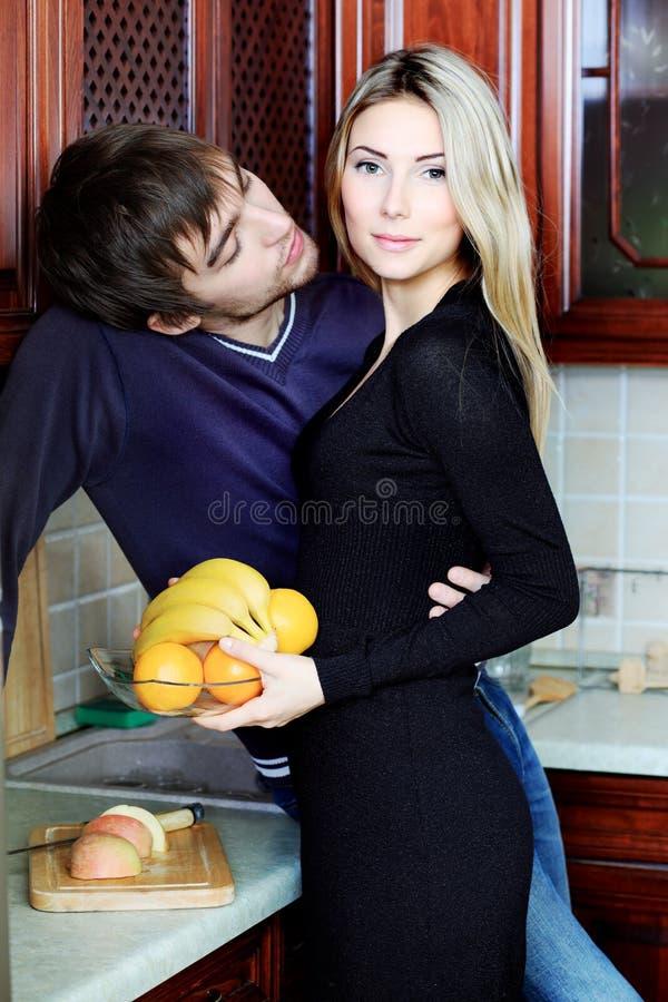 Pares em uma cozinha fotografia de stock