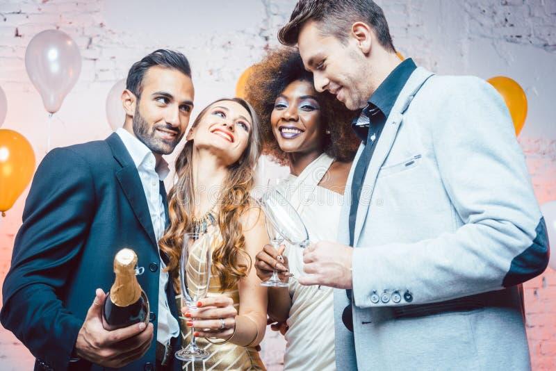 Pares em uma dança do clube na meia-noite imagens de stock royalty free