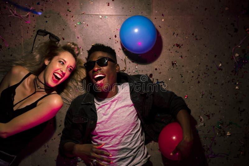 Pares em uma festa em casa fotografia de stock royalty free