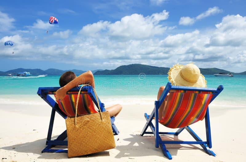 Pares em uma praia foto de stock royalty free