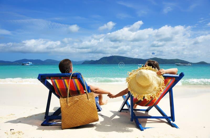 Pares em uma praia fotos de stock royalty free