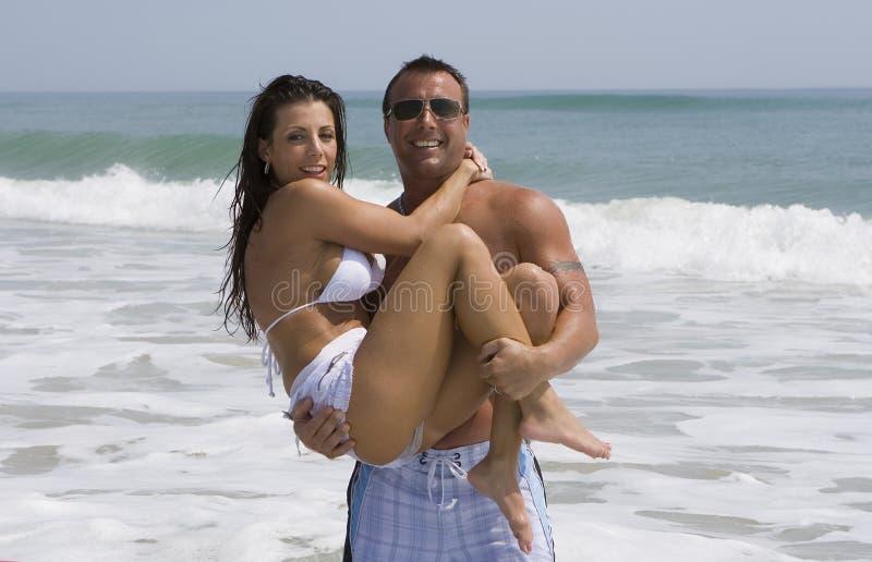 Pares em uma praia foto de stock