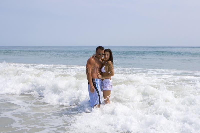 Pares em uma praia fotografia de stock