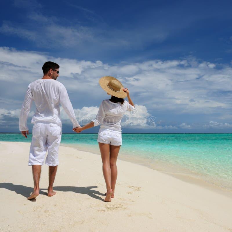 Pares em uma praia em Maldives imagens de stock