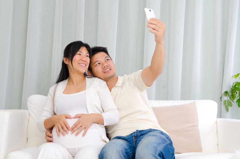 Pares embarazadas del asiático fotografía de archivo libre de regalías