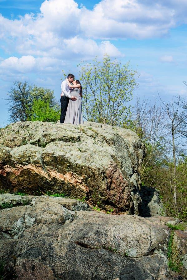 Pares embarazadas en una roca fotografía de archivo