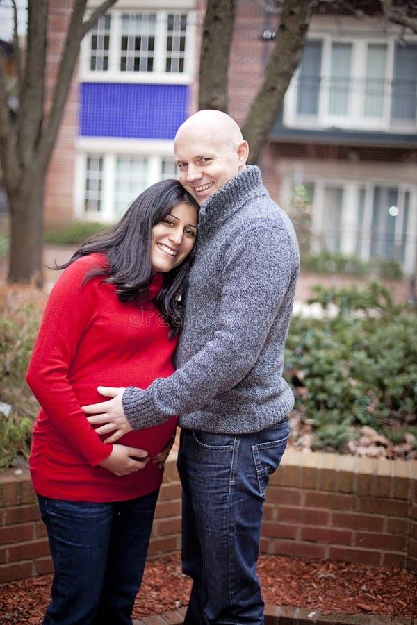 Pares embarazadas felices foto de archivo