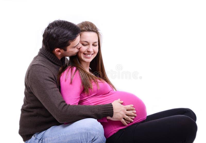 Pares embarazados de los jóvenes imagenes de archivo