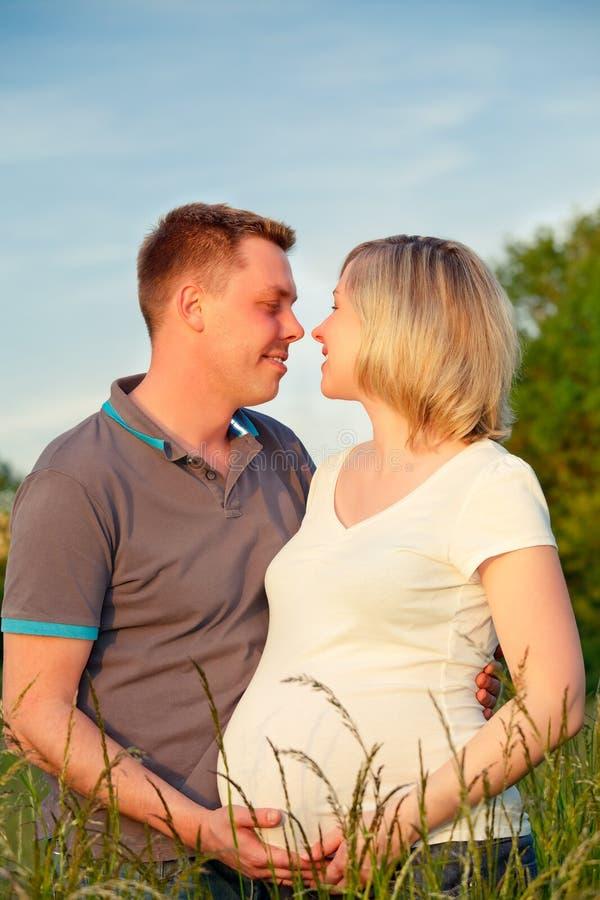 Pares Embarazados En El Parque Imagen de archivo