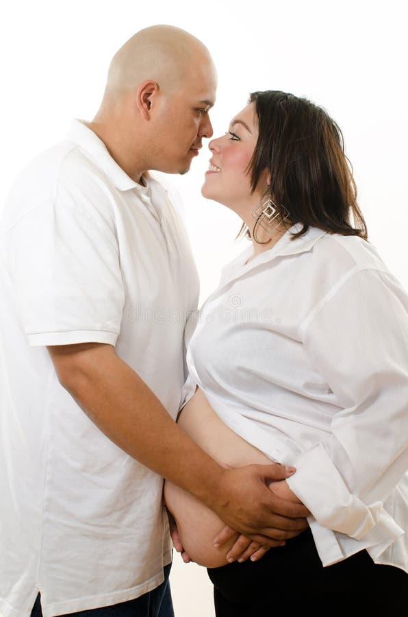 Pares embarazados latinoamericanos lindos fotos de archivo