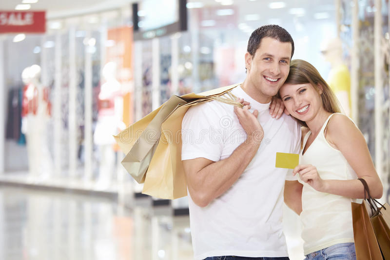 Pares en almacén con un de la tarjeta de crédito foto de archivo