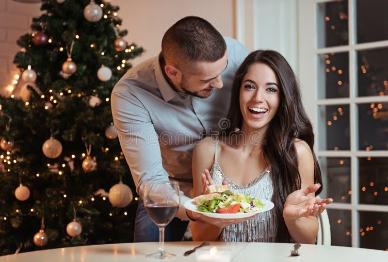 Pares en amor, cenando romántico fotografía de archivo libre de regalías