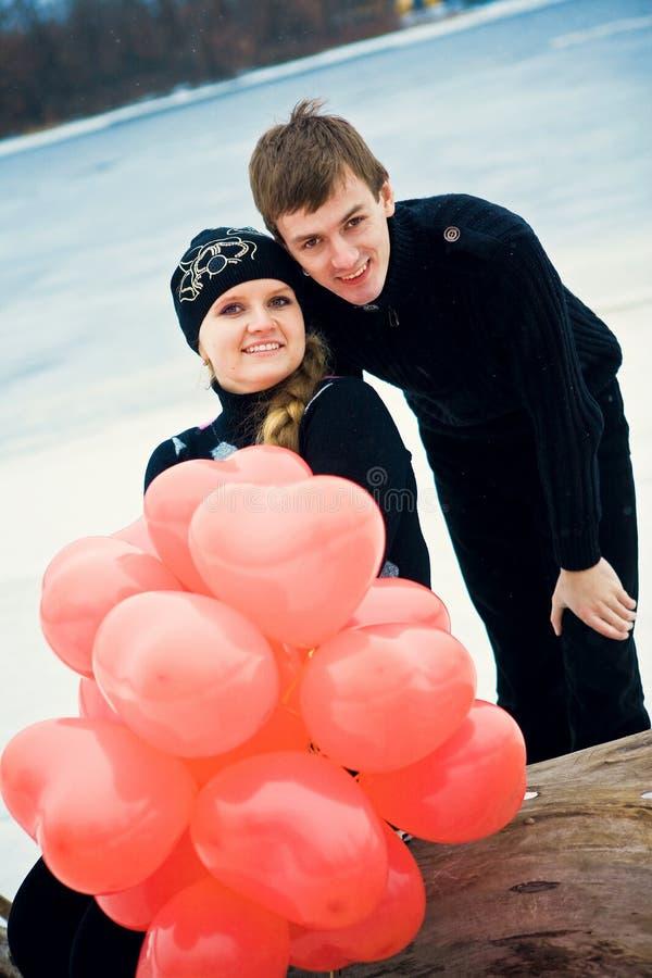 Pares en amor con las bolas imágenes de archivo libres de regalías