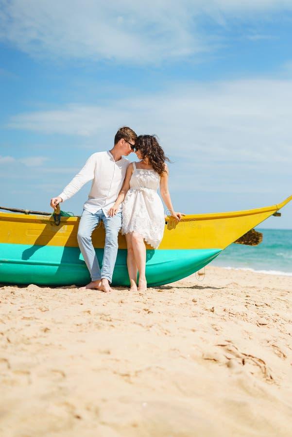 Pares en amor del hombre y de la mujer felices, viaje Arena de madera del barco de la playa fotografía de archivo libre de regalías