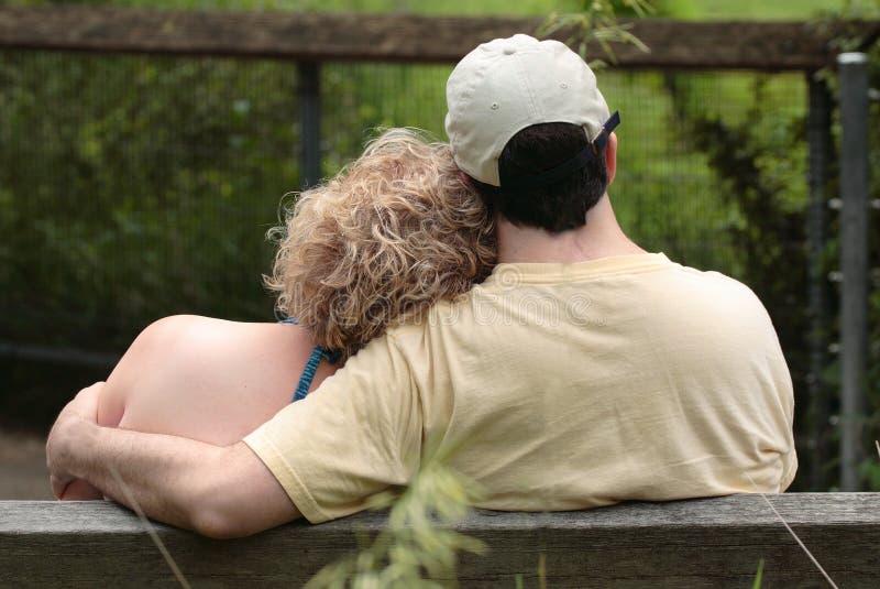 Pares en amor en banco foto de archivo libre de regalías