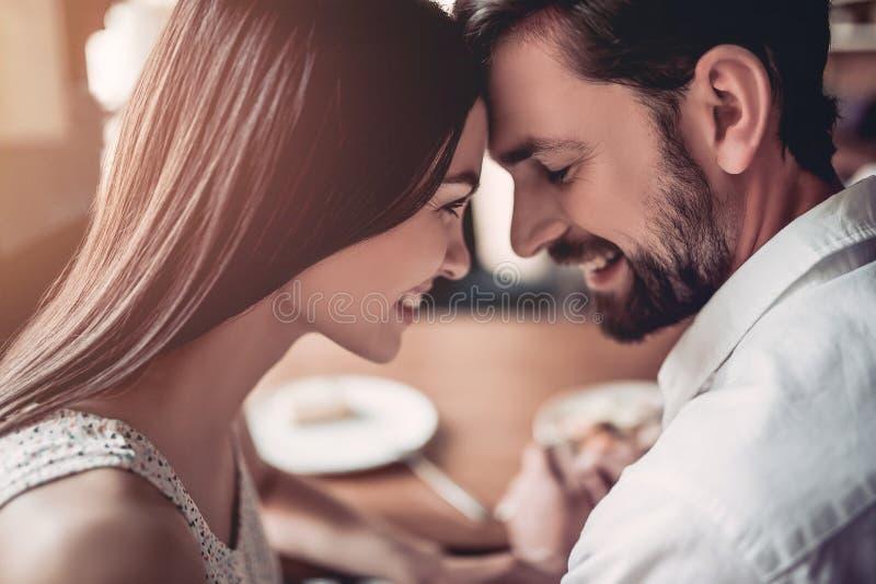 Pares en amor en café fotografía de archivo libre de regalías
