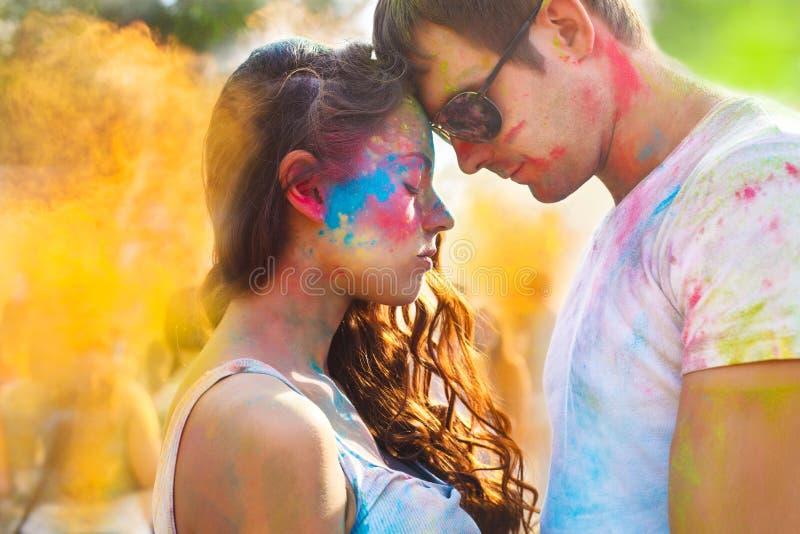 Pares en amor en festival del color del holi fotografía de archivo libre de regalías
