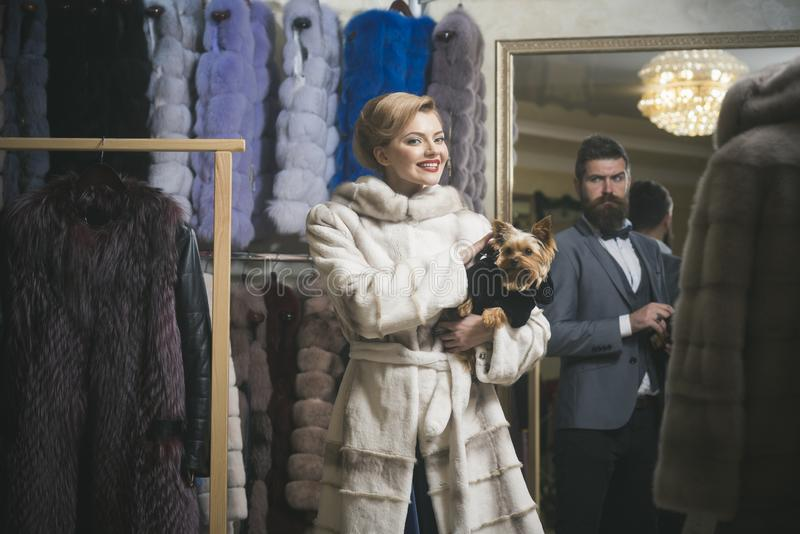 Pares en amor entre el abrigo de pieles con el perro, lujo fotografía de archivo