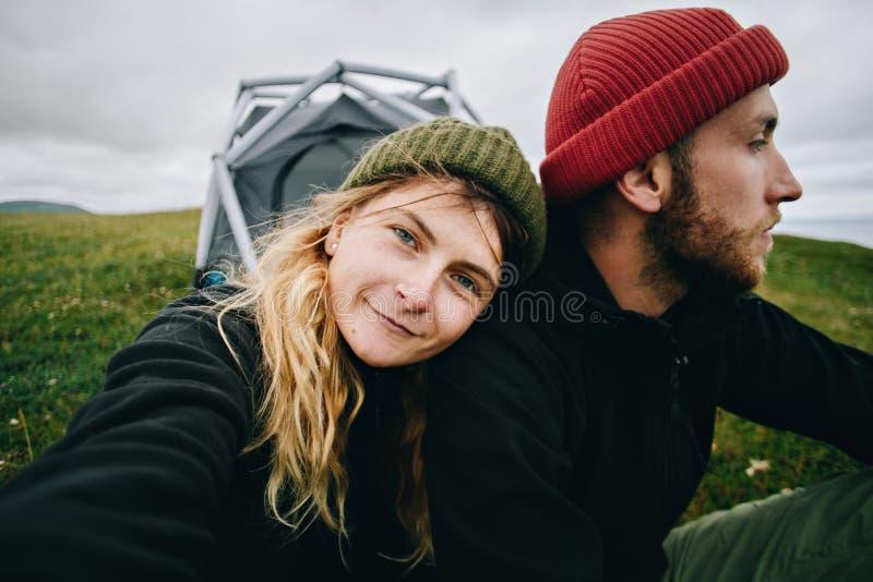 Pares en amor hacer el selfie en camping fotografía de archivo libre de regalías
