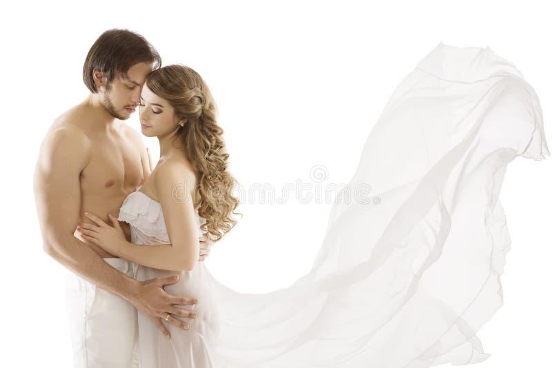 Pares en amor, hombre atractivo joven que besa a la mujer, vestido que agita fotos de archivo libres de regalías