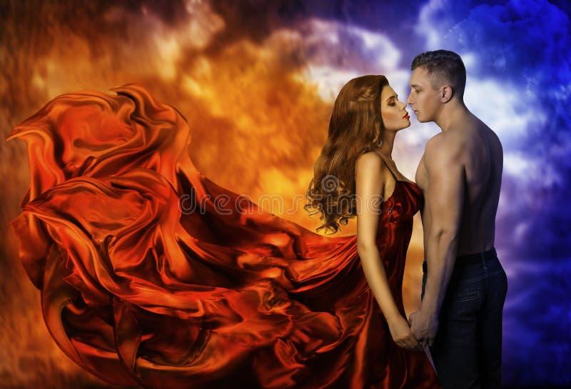 Pares en amor, hombre frío de la mujer caliente del fuego, beso romántico fotos de archivo libres de regalías
