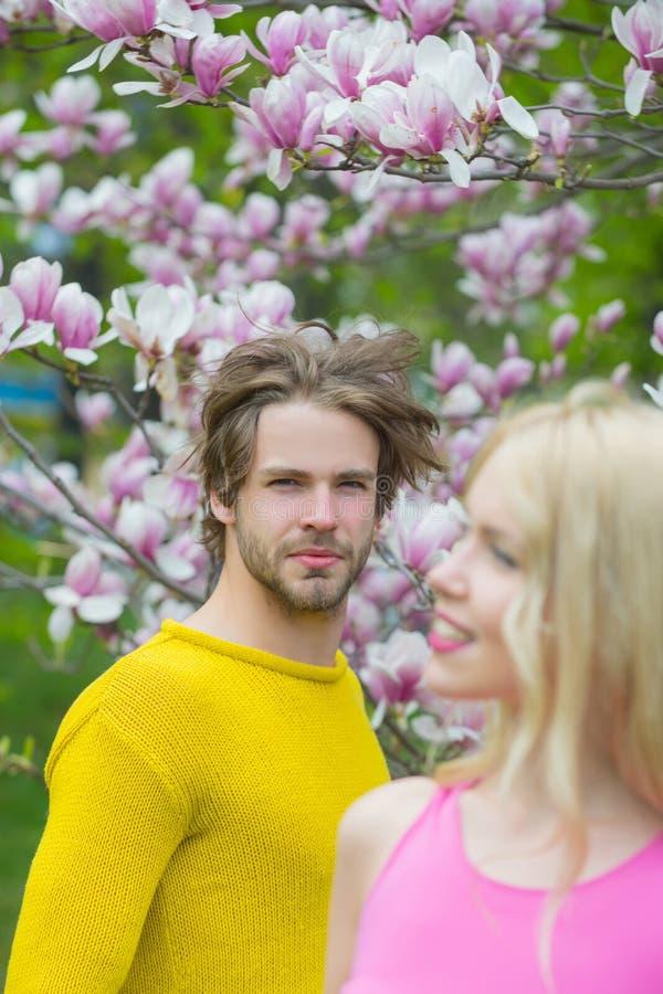 Pares en amor en la flor floreciente, primavera fotos de archivo libres de regalías