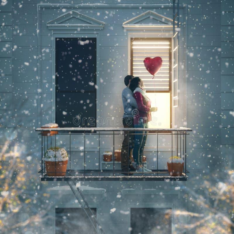 Pares en balcón el día de tarjeta del día de San Valentín foto de archivo libre de regalías
