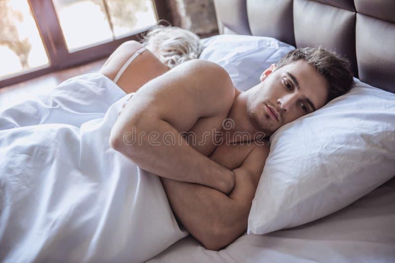 Pares en cama foto de archivo