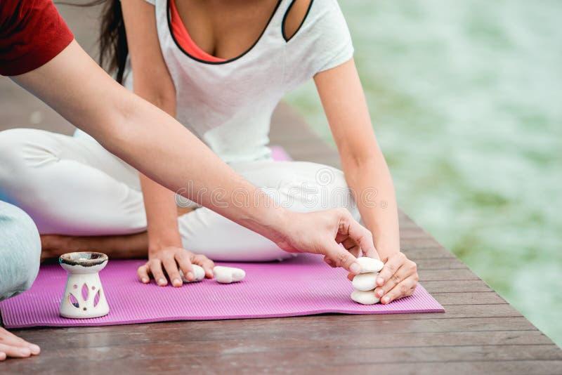 Pares en clase de la yoga imagen de archivo