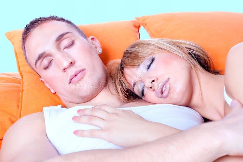 Pares en dormir de la cama foto de archivo