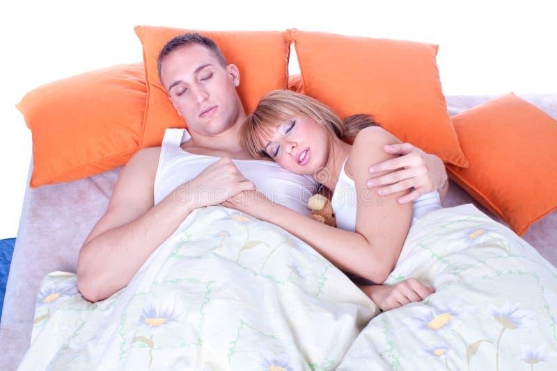 Pares en dormir de la cama fotografía de archivo libre de regalías