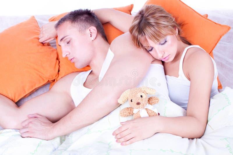 Pares en dormir de la cama imagen de archivo